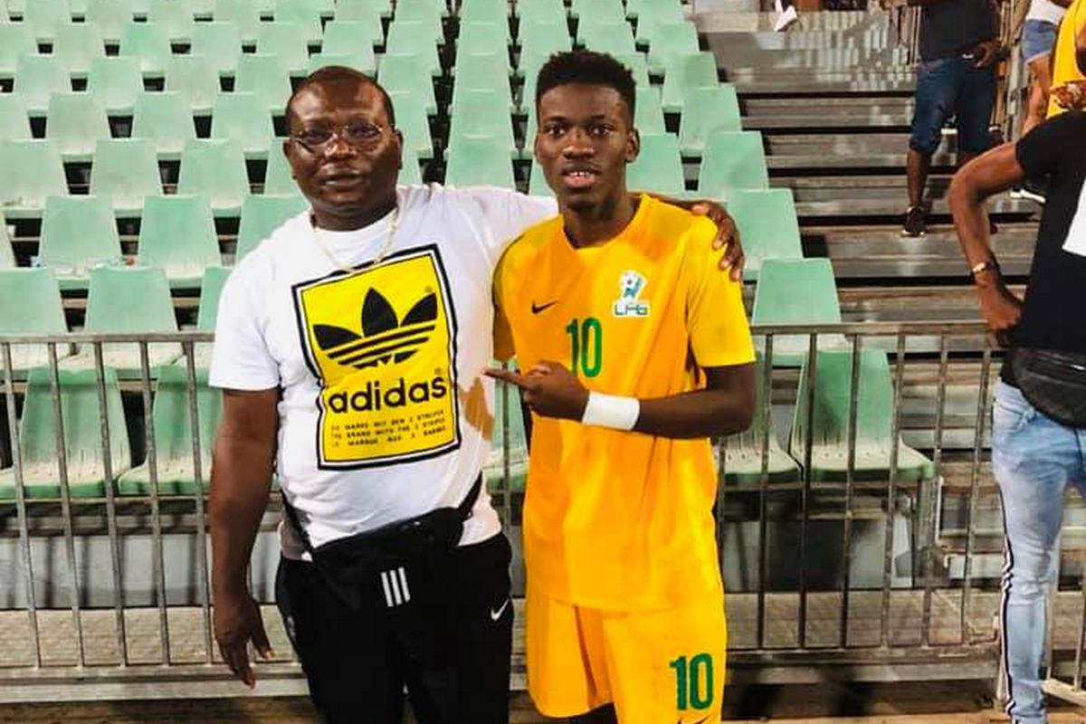 Frantz Bebeto ATOUKOU, avec son papa, le week-end dernier sous le maillot de la sélection de la Guyane. (Photo DR)