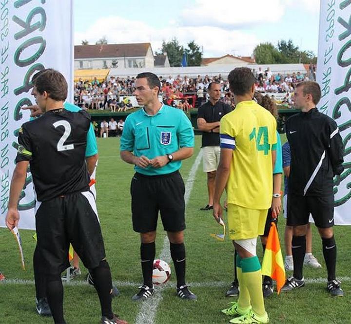 Maxime Bachelot arbitrant la finale du tournoi Carisport en 2015 entre Angers SCO et le FC Nantes.